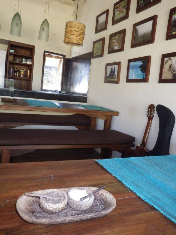 奥が厨房。壁にはバリの各地の写真がかかっています。