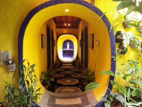 さらなる別世界へ。いざなう渡り廊下。