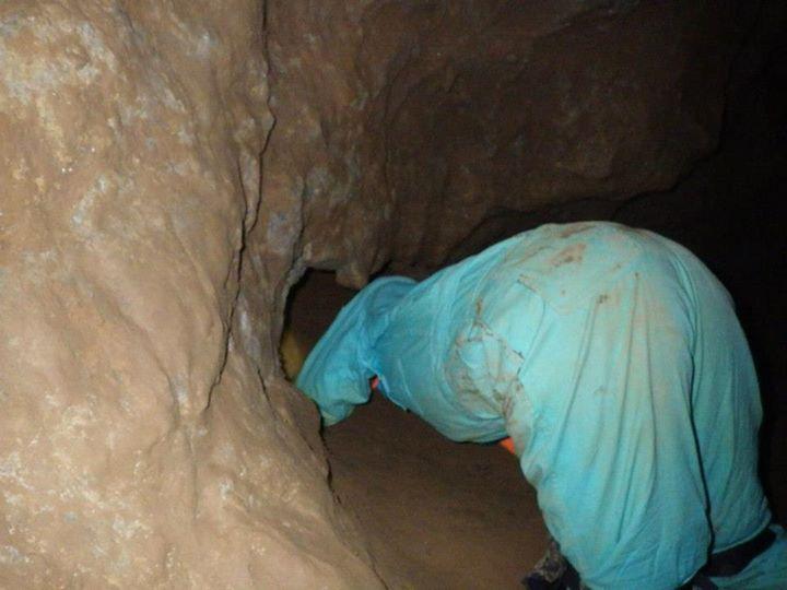 狭い洞窟を進む