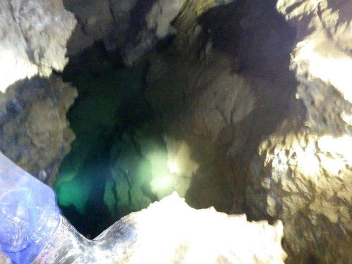 鍾乳洞の奥の地底湖