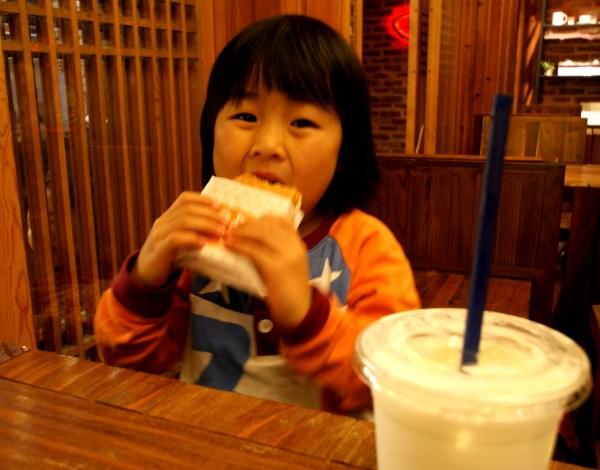 ソウルのアザブ・カフェでタイ焼きを食べる